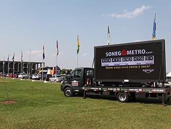 Painel em frente ao Congresso mostra os R$ 400 bilhões sonegados no país