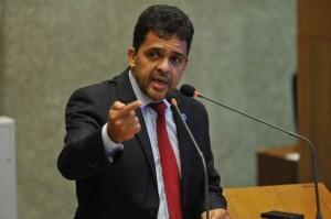 02/03/2017. Crédito: Minervino Junior/CB/D.A. Press. Brasil. Brasilia - DF. Deputado Ricardo Vale discursa para parlamentares que participam da primeira sessao apos o Carnaval, na Camara Legislativa.