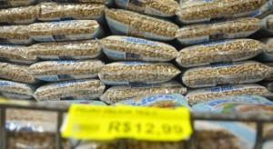 21/06/2016. Crédito: Minervino Junior/CB/D.A. Press. Brasil. Brasilia - DF. Aumento no preço do feijão. Prateleiras com pacotes de um quilo de feijão carioca em supermercado no Cruzeiro.