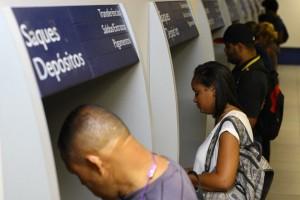 MG - FGTS/SAQUES/BH - ECONOMIA - Movimento intenso em agência da Caixa   Econômica Federal na Rua Tupinambás, no   centro de Belo Horizonte (MG), na manhã   desta sexta-feira, 10. Os saques das   contas inativas do Fundo de Garantia do   Tempo de Serviço (FGTS) começaram hoje   para cerca de 4,8 milhões de   trabalhadores. Nesse primeiro lote, a   retirada do benefício estará disponível   até 10 de abril apenas para os nascidos   entre janeiro e fevereiro.     10/03/2017 - Foto: FLÁVIO TAVARES/HOJE EM DIA/ESTADÃO CONTEÚDO