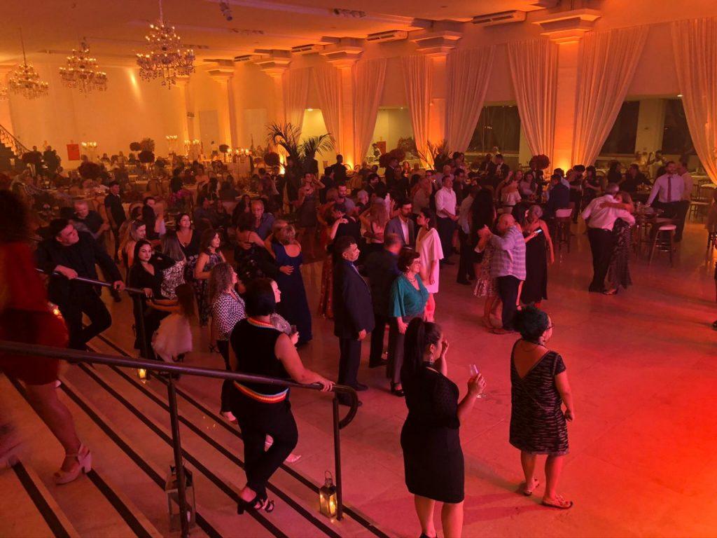 Os convidados dançaram ao som de músicas clássicas dos anos 70