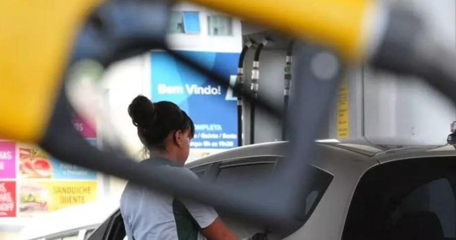 Pandemia faz gasolina baixar a R$ 3,29 no DF. Veja onde