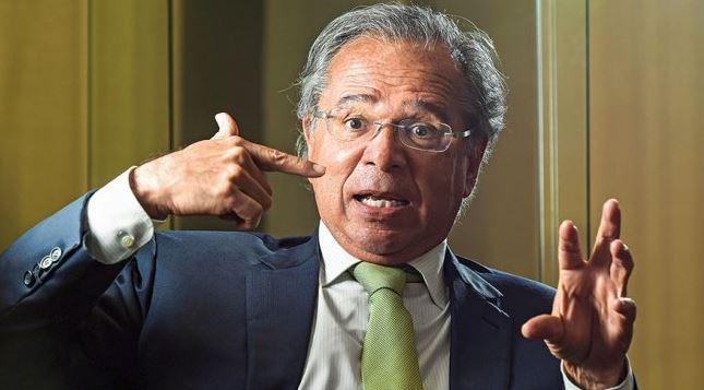 Servidores públicos pedem indenização por danos morais a Paulo Guedes